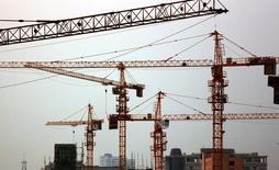 """Logements en construction dans la ville chinoise de Jiujiang. Dans une tribune publiée mercredi par le quotidien économique allemand Handelsblatt, la directrice générale du Fonds monétaire international (FMI) Christine Lagarde affirme que la croissance mondiale sera """"décevante"""" l'an prochain, en raison notamment de la remontée des taux d'intérêt aux Etats-Unis et du ralentissement de l'économie chinoise. /Photo d'archives/REUTERS"""