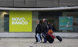 Novo Banco, l'établissement qui a repris les actifs sains de Banco Espirito Santo (BES), a annoncé mercredi être en règle avec les exigences de fonds propres de la Banque centrale européenne à la suite d'un transfert d'obligations à BES. /Photo prise le 30 décembre 2015/REUTERS/Hugo Correia