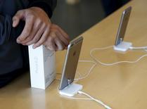 Les sud-coréens LG Display et Samsung Electronics vont produire des écrans OLED (diodes électroluminescentes organiques) pour les iPhone d'Apple, selon le journal sud-coréen Electronic Times. /Photo prise le 2 novembre 2015/REUTERS/Kim Kyung-Hoon