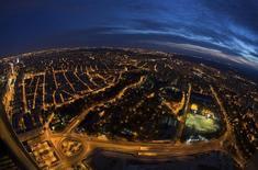La demanda de energía eléctrica habría subido un 1,6 por ciento desestacionalizado en 2015, año en el que se ha afianzado la recuperación económica de España tras una larga crisis, dijo el miércoles Red Eléctrica. En la imagen de archivo, una vista nocturna de Madrid desde el piso 53 de una de las torres de Madrid en junio de 2013. REUTERS/Sergio Perez