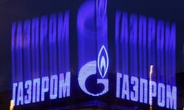 Логотип Газпрома на крыше здания в Санкт-Петербурге. 14 ноября 2013 года. Уходящий год был одним из самых сложных для российского экспортера газа: одни проекты, на которые Газпром еще совсем недавно делал ставку, заморожены или отложены, другие - находятся в состоянии неопределенности. REUTERS/Alexander Demianchuk