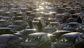 Авторынок в Красноярске. 21 декабря 2008 года. Результат кризисного 2009 года, когда россияне купили меньше 1,5 миллиона новых автомобилей, может стать базовым уровнем для авторынка на ближайшие несколько лет, но только при условии сохранения господдержки. REUTERS/Ilya Naymushin