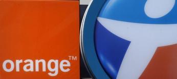 El grupo estatal de telecomunicaciones francés Orange ha firmado un acuerdo de confidencialidad con el conglomerado Bouygues para explorar la compra de su división de telecomunicaciones por 10.000 millones de euros en efectivo y acciones, dijo el domingo un diario francés. En la imagen se ven los logos del operador francés de telecomunicaciones Bouygues Telecom y Orange en tiendas de móviles en Marsella, Francia, en esta foto tomada el 15 de febrero de 2015.  REUTERS/Jean-Paul Pelissier