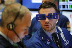 """Wall Street risque de se trouver confrontée en 2016 aux mêmes incertitudes que l'an dernier, donc aux mêmes difficultés pour trouver une tendance nette. Le marché pourrait toutefois bénéficier de """"l'effet janvier"""", c'est-à-dire le rachat de valeurs vendues en décembre pour des raisons fiscales, que les investisseurs réintègrent généralement dans leur portefeuille à des prix plus bas. /Photo prise le 31 décembre 2015/REUTERS/Lucas Jackson"""