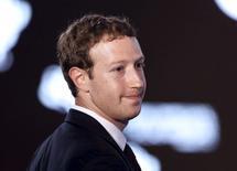 Mark Zuckerberg, le PDG de Facebook, a annoncé dimanche qu'il se lancerait dans la construction en 2016 d'un robot aux programmes sophistiqués pour gérer sa maison et l'aider dans son travail. /Photo d'archives/REUTERS/Carlos Garcia Rawlins