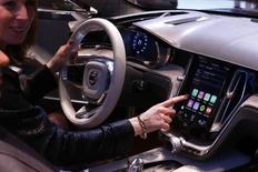 Le système CarPlay d'Apple. Toyota et Ford vont utiliser le même système pour permettre la connexion de smartphones à leurs véhicules et ont invité les autres constructeurs à se joindre à eux pour contrer les ambitions des géants de la Silicon Valley dans le domaine des voitures connectées. /photo d'archives/REUTERS/Arnd Wiegmann