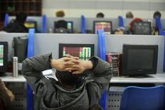 Investidor olha para tela de computador que exibe cotações de ações em corretora de Yangzhou, na China. 05/01/2016 REUTERS/Stringer