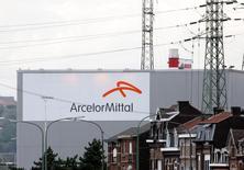ArcelorMittal, en augmentation de 2,07%, signe la plus forte hausse du CAC 40 à mi-séance à la Bourse de Paris. Le groupe profite, comme l'ensemble du secteur européen des ressources de base de la progression des cours des métaux.  L'indice CAC 40 de son côté perd 0,51% à 4.499,17 points. /Photo d'archives/REUTERS/François Lenoir