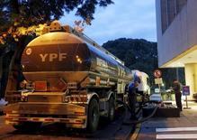 Un camión de la petrolera estatal argentina YPF llena los estanques de una gasolinera en Buenos Aires, 25 de marzo de 2015. El nuevo Gobierno de Argentina acordó recortar el precio del petróleo que se produce localmente en alrededor de 12 por ciento a 67,5 dólares por barril, reportaron el martes medios locales. REUTERS/Enrique Marcarian