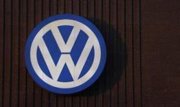 Volkswagen está pasando dificultades para acordar con las autoridades de Estados Unidos un arreglo para los vehículos que pudieron engañar en pruebas de emisiones de gases, dijo el martes una fuente de VW, lo que muestra sus todavía tensas relaciones tras cuatro meses desde que se desveló el escándalo. En la imagen, el logo del fabricante de automóviles, Volkswagen, situado en una de sus sedes en Wolfsburgo, alemania, el 8 de diciembre de 2015.  REUTERS/Carl Recine