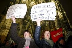 Mulheres protestam na frente da catedral de Colônia, na Alemanha 5/1/2016 REUTERS/Wolfgang Rattay