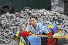 Торгующая сувенирами женщина на Площади Независимости в Киеве. 27 мая 2014 года. Инфляция на Украине по итогам 2015 года составила 43,3 процента декабрь к декабрю и поставила 20-летний рекорд в результате девальвации гривны и роста тарифов в измотанной войной и кризисом экономике. REUTERS/Valentyn Ogirenko