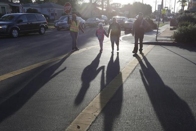 1月6日、12月のADP全米雇用報告によると、民間部門雇用者数は25万7000人増加した。ロサンゼルスの通りの風景。昨年12月撮影(2016年 ロイター/Jonathan Alcorn)