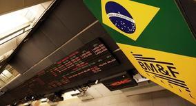 Un tablero electrónico que muestra la información de las acciones, en la Bolsa de Sao Paulo, 18 de febrero de 2011. Las monedas latinoamericanas retrocedían el miércoles debido a que los inversores estaban inquietos por la debilidad económica en China y por una prueba nuclear realizada por Corea del Norte. REUTERS/Nacho Doce