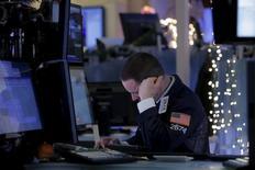 Un operador trabajando en la Bolsa de Nueva York, 6 de enero de 2016. Los rendimientos de los bonos del Tesoro de Estados Unidos caían el miércoles, con el retorno para el papel de referencia en mínimos de dos semanas, ante la demanda de refugio y señales de una ausencia de presiones inflacionarios que pueden frenar el ritmo de las alzas de tasas de la Fed para este año. REUTERS/Brendan McDermid