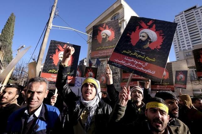 1月4日、イスラム教シーア派の有力指導者ニムル師を処刑したサウジアラビアの狙いが、中東地域の「緊張」を「危機」にまでエスカレートさせることであることはほぼ確実と思われる。写真はテヘランのサウジアラビア大使館前で、二ムル師の処刑に対して抗議するイランの人々。提供写真(2016年 ロイター/Raheb Homavandi/TIMA)