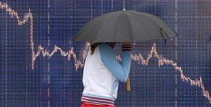 Les Bourses européennes ont ouvert en forte baisse jeudi, entraînées par le recul des marchés chinois, qui ont fermé prématurément alors que la Chine a accéléré la dévaluation du yuan. A Paris, l'indice CAC 40 était en baisse de 2,47% à 09h08, après avoir ouvert en recul de 3%, et aucune valeur n'était en hausse au sein de l'indice élargi SBF 120. La Bourse de Londres perdait 1,99% et celle de Francfort 2,83%. /Photo d'archives/REUTERS/Toby Melville