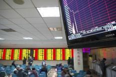 """Les Bourses chinoises ont fermé de manière anticipée jeudi après avoir chuté de plus de 7% après moins d'une demi-heure d'échanges, déclenchant une nouvelle fois l'activation des """"coupe-circuits"""" mis en place après le krach de l'été. La Chine a retrouvé un rôle de moteur à la baisse pour les marchés financiers internationaux, sans commune mesure avec son poids dans la capitalisation boursière mondiale mais en phase avec son influence potentielle sur la croissance mondiale. /Photo prise le 7 janvier 2016/REUTERS/China Daily"""