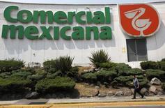 Un hombre pasa frente a un supermercado de  Controladora Comercial Mexicana en Ciudad de México. 14 de mayo de 2010. La mexicana Soriana, la segunda mayor cadena de supermercados del país, dijo el jueves que compró un 96.31 por ciento de las acciones de su rival Comerci por un monto cercano a 34,109 millones de pesos (unos 1,932 millones de dólares), tras concluir la oferta pública que lanzó en diciembre. REUTERS/Eliana Aponte