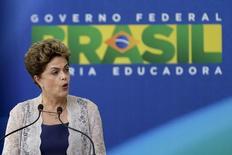 Presidente Dilma Rousseff discursa em cerimônia no Palácio do Planalto, em Brasília. 21 de dezembro de 2015. REUTERS/Ueslei Marcelino