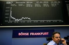 Las bolsas europeas abrieron el viernes al alza, apuntando a una posible estabilización tras el desplome registrado esta semana, después de que los mercados chinos subieran al eliminarse el mecanismo de suspensión de cotizaciones para calmar a los inversores. En la foto, un operador hablando por teléfono en la Bolsa de Fráncfort el 7 de enero de 2015. REUTERS/Kai Pfaffenbach