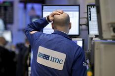 Un operador trabaja en el parqué de la Bolsa de Nueva York. 7 de enero de 2016. Las acciones cayeron el viernes en Wall Street, poniendo fin a  los peores cinco días de inicio de año en la historia del mercado, por un descenso de los precios del crudo y el persistente temor por la economía global que contrarrestaron un robusto dato de empleo en Estados Unidos. REUTERS/Brendan McDermid