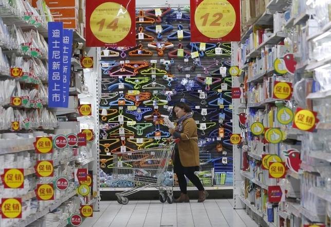 1月9日、中国国家統計局が発表した12月の消費者物価指数(CPI)は前年同月比1.6%上昇となり、上昇率は前月の1.5%から若干拡大した。北京の量販店で昨年11月撮影(2016年 ロイター/Kim Kyung-Hoon)