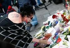 Mulher com tatuagem de Ziggy Stardust visita memorial para David Bowie em Brixton, no sul de Londres. 11/01/2016  REUTERS/Stefan Wermuth