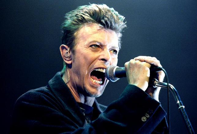 1月11日、10日に69歳で死去した英国の伝説的ロック歌手デビッド・ボウイ(写真)は、金融界にも素晴らしい遺産を残している。ウィーンのコンサートで1996年2月撮影(2016年 ロイター/Leonhard Foeger)