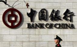 Сотрудник вооруженной милиции Китая у офиса Bank of China в Пекине. 18 марта 2011 года. Китайский банковский регулятор сообщил в понедельник, что объём невозвратных кредитов в банковском секторе увеличился более чем в два раза в 2015 году по сравнению с данными за предыдущий год, сказали два источника, непосредственно знакомые с ситуацией. REUTERS/David Gray