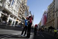 La actividad turística cerró el pasado año con un crecimiento económico del 3,7 por ciento, dijo el martes un informe de la patronal de las principales empresas turísticas en España. En la imagen, dos turistas se hacen un selfie en la Gran Vía madrileña, el 22 de septiembre de 2015. REUTERS/Juan Medina