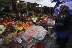 Женщина продает фрукты и овощи на рынке в Москве. 30 ноября 2015 года. Индекс потребительских цен в России в декабре 2015 года вырос на 0,8 процента к предыдущему месяцу и на 12,9 процента - к аналогичному периоду предыдущего года, сообщил Росстат. REUTERS/Maxim Zmeyev
