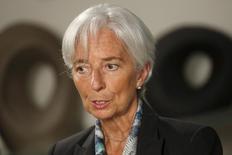 La directora gerente del Fondo Monetario Internacional, Christine Lagarde, durante una entrevista en la sede del organismo, en Washington, 1 de julio de 2015. Las próximas alzas de las tasas de interés de la Reserva Federal de Estados Unidos deberían ser graduales o podrían dañar a economías emergentes ya frágiles, donde muchas empresas toman dinero prestado en dólares, dijo el martes la jefa del Fondo Monetario Internacional (FMI). REUTERS/Jonathan Ernst