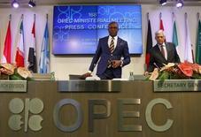 La Organización de Países Exportadores de Petróleo (OPEP) no tiene planes para realizar una reunión de emergencia para hablar sobre la caída de los precios del petróleo antes de su próxima reunión programada para junio, dijeron el martes dos delegados del cártel. En la imagen, el inicio de una reunión de la OPEP en Viena, el 4 de diciembre de 2015. REUTERS/Heinz-Peter Bader