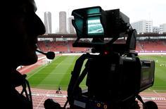 Le numéro un espagnol des télécommunications, Telefonica, a annoncé mardi que sa division de télévision avait conclu avec son concurrent Mediapro un accord de 2,4 milliards d'euros qui lui permettra d'enrichir son offre de matches des championnats de football espagnols et de la Ligue des champions européenne pendant plusieurs saisons.  /Photo d'archives/REUTERS/Christian Hartmann