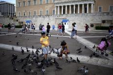 Place de la Constitution à Athènes. L'inflation annuelle en Grèce harmonisée aux normes européennes a été de 0,4% en décembre, soit la première hausse des prix enregistrée après 33 mois de déflation. /Photo prise le 22 août 2015/REUTERS/Stoyan Nenov