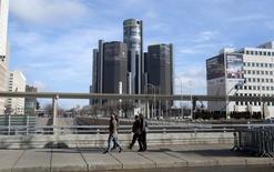 Le siège de General Motors, à Detroit. GM a relevé ses prévisions de résultats et annoncé son intention de récompenser ses actionnaires en augmentant de 80% son programme de rachat d'actions, qui passera à neuf milliards de dollars, et en majorant son dividende de 6%. /Photo prise le 9 janvier 2016/REUTERS/Rebecca Cook