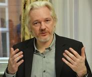 Fundador do WikiLeaks, Julian Assange, gesticula durante uma coletiva de imprensa embaixada do Equador no centro de Londres.  18  de agosto de 2014. REUTERS/John Stillwell/pool
