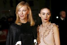 """Atrizes Cate Blanchett (E) e Rooney Mara (D) chegam para exibição de gala do filme """"Carol"""", em Leicester. 14/10/2015 REUTERS/Stefan Wermuth"""