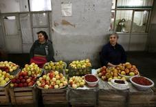 Женщины продают фрукты в Ереване 31 октября 2009 года. Дефляция в Армении в 2015 году составила 0,1 процента к предыдущему году, когда была зафиксирована инфляция на уровне 4,6 процента, сообщила Национальная служба статистики. REUTERS/David Mdzinarishvili