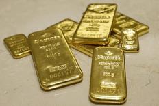 Слитки золота в хранилище подразделения трейдера Degussa в Цюрихе 19 апреля 2013 года. Цены на золото снижаются после небольшого роста в среду, вызванного спадом на фондовых рынках и ослаблением доллара. REUTERS/Arnd Wiegmann