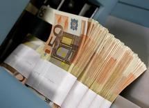 Fifty-euro notes are seen at the Belgian Central Bank in Brussels in this December 8, 2011 file photo. REUTERS/Yves Herman