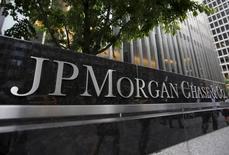 JPMorgan Chase & Co, première banque des Etats-Unis par les actifs, fait état d'un bénéfice en hausse de 10% au quatrième trimestre 2015 à 5,43 milliards de dollars. /Photo prise le 20 mai 2015/REUTERS/Mike Segar