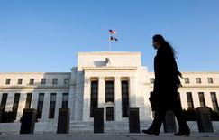 La Réserve fédérale ne relèvera ses taux directeurs qu'à trois reprises cette année en raison de perspectives économiques assombries aussi bien pour les Etats-Unis que pour le reste du monde, selon une enquête auprès d'économistes publiée jeudi. /Photo d'archives/REUTERS/Larry Downing