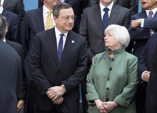 1月15日、市場の一部では株安が止まったとの見方が出ているが、世界の市場を混乱させているマネー逆流は長期化すると予想される。世界の政策当局が「政策協調」する動きがないためだ。ドラギECB総裁(左)とイエレン米FRB議長、ワシントンで開かれた2014年のG20会合で撮影(2016年 ロイター/Joshua Roberts)