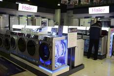 Стиральные машины в магазине Haier в Циндао. 20 марта 2014 года. Компания General Electric сообщила в пятницу о намерении продать своё подразделение электробытовых товаров компании Qingdao Haier Co Ltd за $5,4 миллиарда. REUTERS/China Daily
