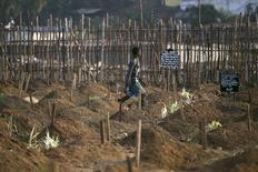 Могильщик на кладбище во Фритауне. 20 декабря 2014 года. В Сьерра-Леоне выявлен новый случай смерти от лихорадки Эболы, сообщил представитель министерства здравоохранения страны спустя всего несколько часов после того, как Всемирная организация здравоохранения объявила об окончании последней вспышки вируса в Западной Африке. REUTERS/Baz Ratner