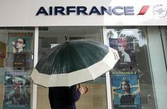 """Air France a abandonné son """"plan B"""" présenté le 5 octobre lors d'un comité central d'entreprise qui avait conduit à des violences, selon des sources syndicales. La compagnie aérienne prévoit désormais un nouveau plan de départs volontaires excluant les licenciements secs et compte augmenter sa flotte long-courrier d'ici 2020 avec l'entrée d'A350 d'Airbus et de 787 de Boeing. /Photo prise le 2 octobre 2015/REUTERS/REUTERS/Eric Gaillard"""