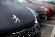 PSA Peugeot Citroën s'est félicité vendredi des premiers résultats obtenus par deux de ses voitures lors des tests antipollution organisés par Ségolène Royal après l'affaire Volkswagen et s'est dit confiant pour la suite des essais. /Photo prise le 29 avril 2015/REUTERS/Benoit Tessier
