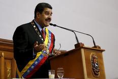 """El presidente de Venezuela, Nicolás Maduro, habla ante los legisladores durante su rendición de cuentas anual en la Asamblea Nacional en Caracas. 15 de enero, 2016. Maduro decretó el viernes el estado de emergencia económica por 60 días, reservándose mayores atribuciones legales para hacerle frente a las """"catastróficas"""" cifras que colocan al país petrolero como el de peor desempeño en América. REUTERS/Carlos Garcia Rawlins"""